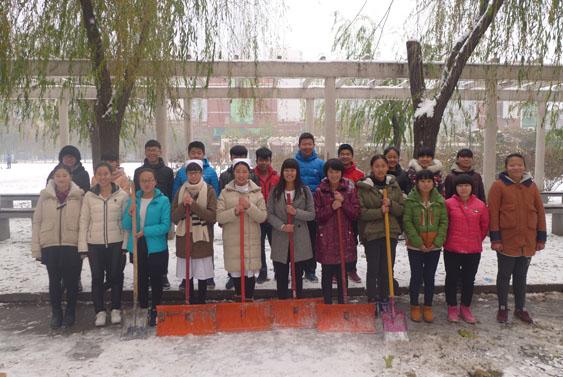 天寒雪飘 情暖校园 护理系积极参与扫雪活动 -河北女子职业技术学院图片